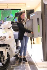 Un scooter électrique rechargé par la Citycharge de Bouygues Energies et Services