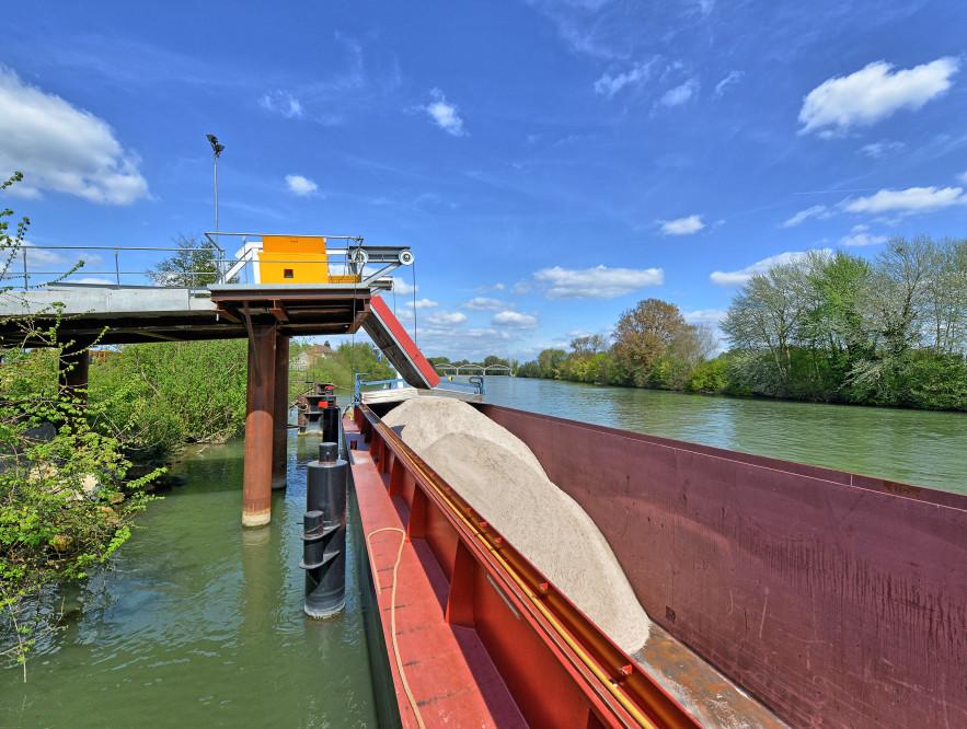 Evacuation des terres traitées par voie fluviale ©C.Schryve