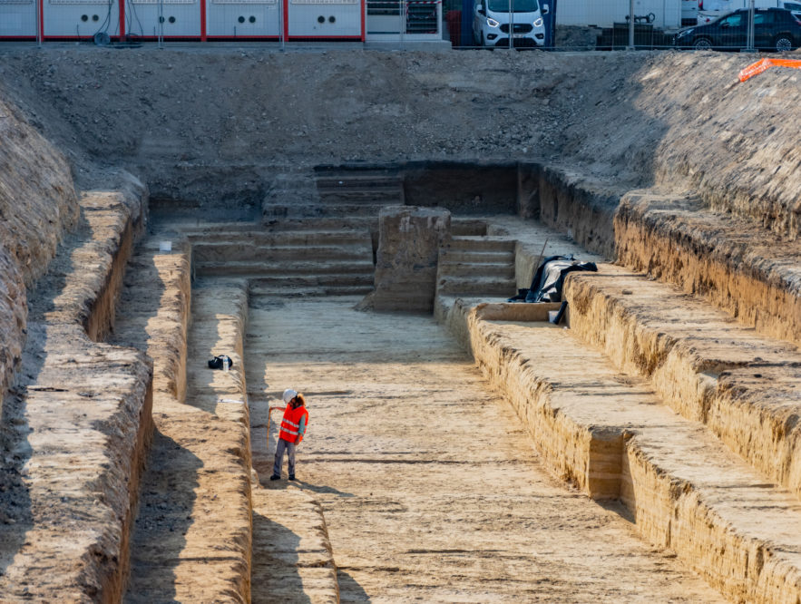 Une archéologue sur le chantier de l'Atrium City