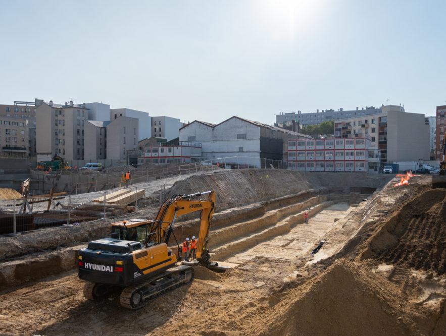 La « piscine » archéologique au centre du chantier à Clichy-la-Garenne